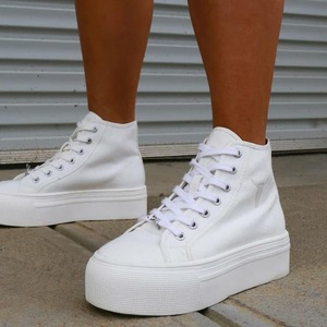 Voglia di sneakers? Ecco la nuova runaway di @windsorsmith 💞 #sneakerswoman #totalwhite #canvasmood #newcollection