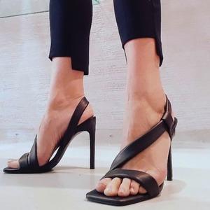 Look contemporaneo 🖤 Scopri i nuovi sandali @stevemadden!