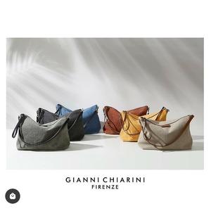 Ecco la nuova maxi pochette in tela di @giannichiarini 🌸💞 Un accessorio leggero, comodo e versatile! Utilizzalo a mano, a tracolla oppure da transfer all'interno delle shopper. Prezzo: €55,00‼️#newbags #newarrivals #spring2021