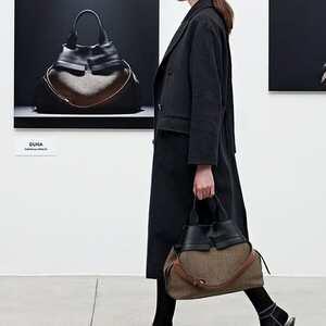 """New collection!! La nuova """"duna"""" di @giannichiarini è caratterizzata da una super leggerezza abbinata a materiali caldi e texture della spina. #newcollection #newbags #GianniChiarini #lovebags"""